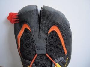 Vibram on taitavampi tekemään kenkiin varpaita kuin Zemgear. Ulkoreunalla on isovarpaalle tilaa vaikka kuinka, mutta sisäsyrjä on aivan kiinni kankaassa.